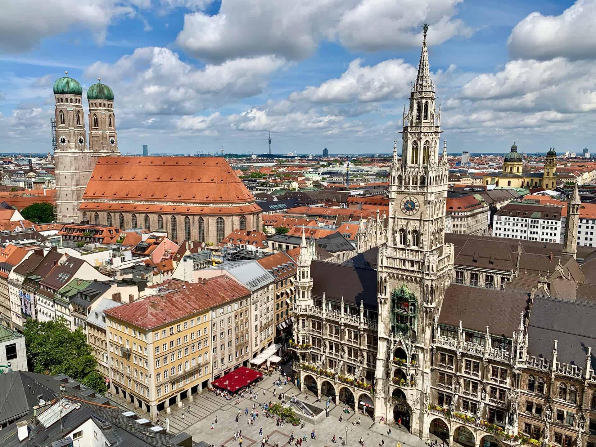 München_Marienplatz_Frauenkirche_und_und_Neues_Rathaus